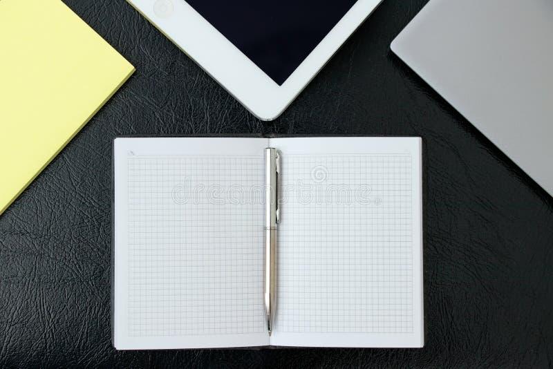 Koszt stały biuro stół z laptopem, pastylka komputerem osobistym i kleistym notep, zdjęcia stock