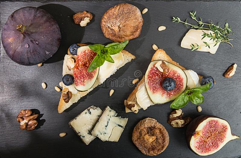 Koszt stały figi, wysuszone figi, przekąsek sandviches z brie, błękitny c obraz stock