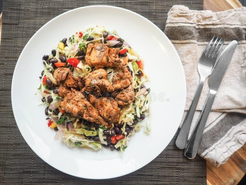 Koszt stały strzał gotujący kurczaka mięso z fasolami i warzywami obraz stock