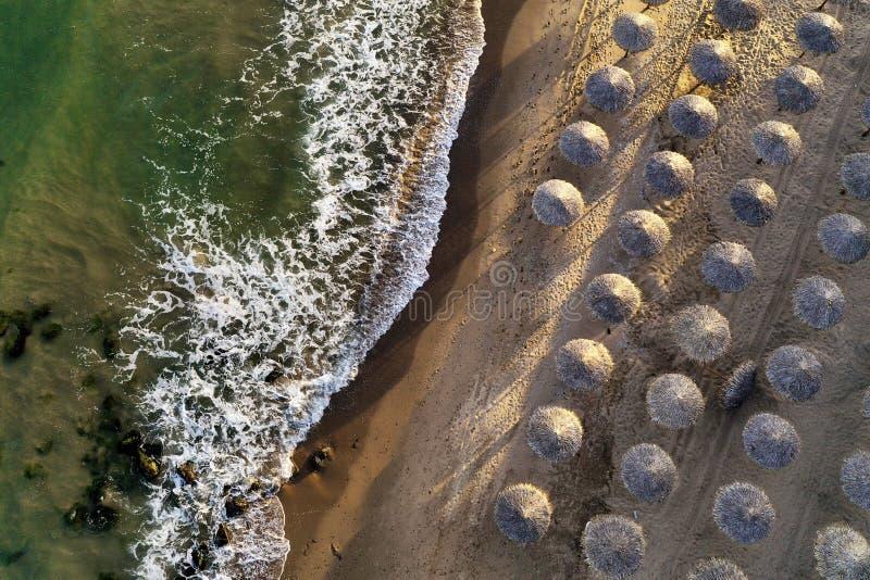 Koszt stały strzał piękna plaża macha uderzający brzeg z plażowymi parasols na słonecznym dniu fotografia royalty free