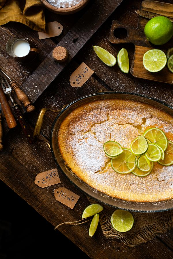 Koszt stały strzelał domowej roboty potrawka, pudding, cheesecake, tarta, kulebiak lub mousse z plasterkami wapno na wierzchołku  obraz stock