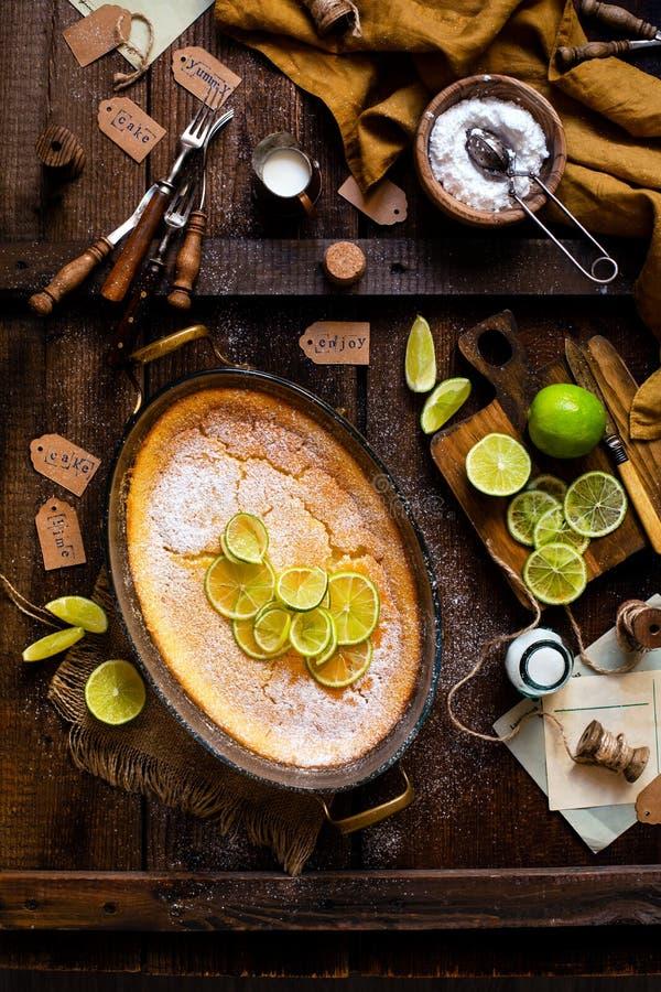 Koszt stały strzelał domowej roboty potrawka, pudding, cheesecake, tarta, kulebiak lub mousse z plasterkami wapno w owalnym szkla zdjęcia royalty free