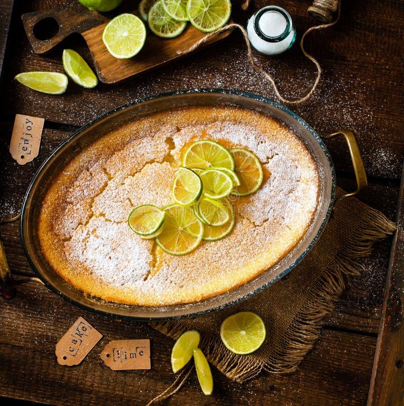 Koszt stały strzelał domowej roboty potrawka, pudding, cheesecake, tarta, kulebiak lub mousse z plasterkami wapno w owalnym szkla zdjęcia stock