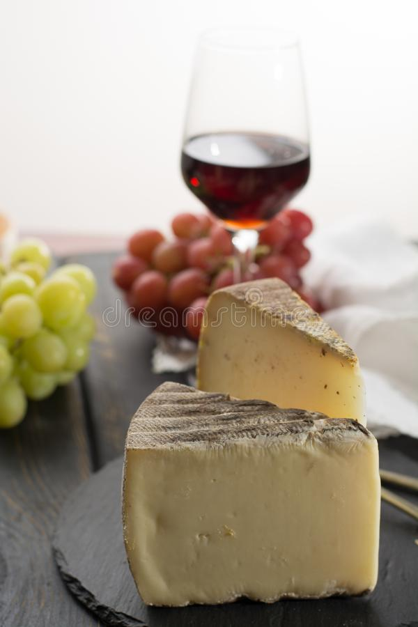 Kosztować antycznego francuskiego demi miękki ser Tomme od Francuskiego Alp zdjęcia stock