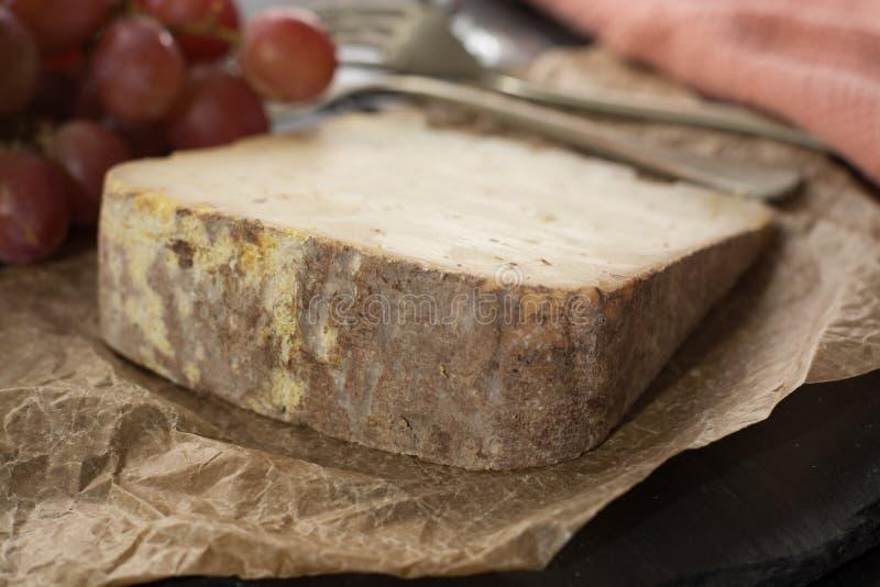 Kosztować antycznego francuskiego demi miękki ser Tomme od Francuskiego Alp zdjęcie royalty free