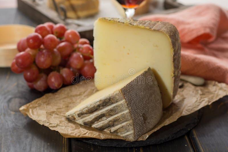 Kosztować antycznego francuskiego demi miękki ser Tomme od Francuskiego Alp fotografia stock
