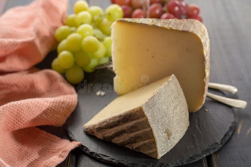 Kosztować antycznego francuskiego demi miękki ser Tomme od Francuskiego Alp fotografia royalty free