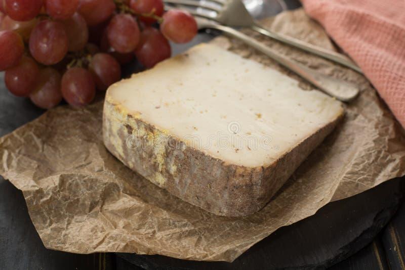 Kosztować antycznego francuskiego demi miękki ser Tomme od Francuskiego Alp zdjęcie stock