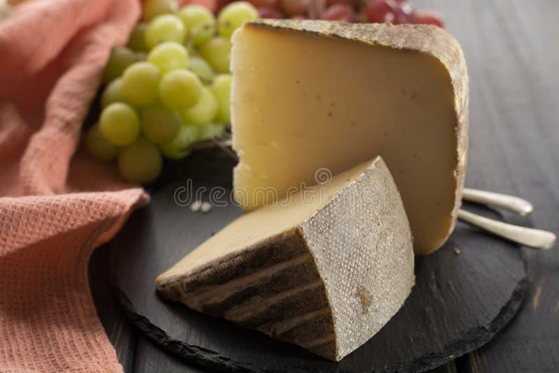 Kosztować antycznego francuskiego demi miękki ser Tomme od Francuskiego Alp zdjęcia royalty free