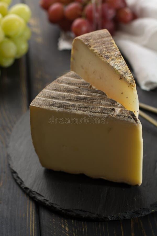 Kosztować antycznego francuskiego demi miękki ser Tomme od Francuskiego Alp obrazy stock