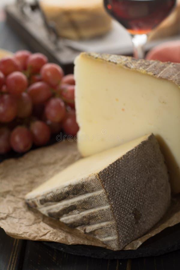 Kosztować antycznego francuskiego demi miękki ser Tomme od Francuskiego Alp obraz stock