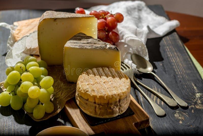 Kosztować stary francuz AOC miękki pudgent żółty serowy Livarot, obrazy stock