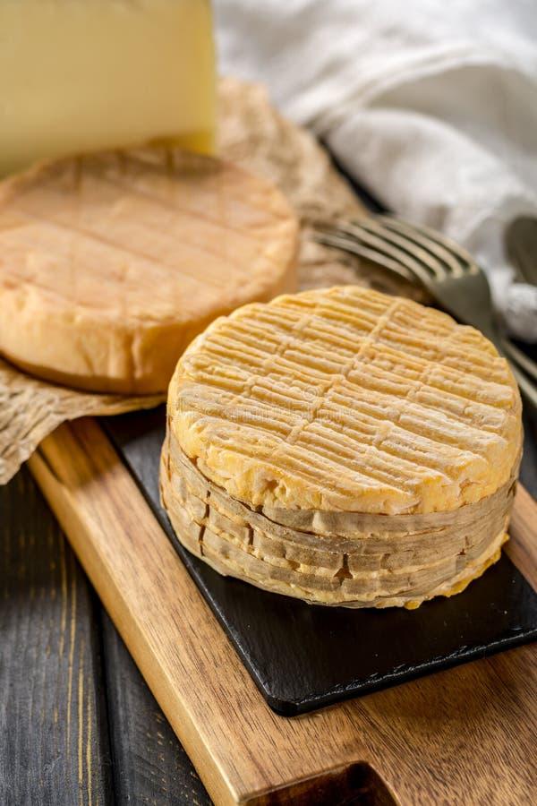 Kosztować stary francuz AOC miękki pudgent żółty serowy Livarot, zdjęcia stock