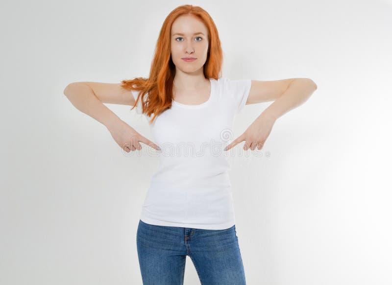 Koszulka projekt i reklamowy poj?cie styl i moda Salowy strza? rozochocona ono u?miecha si? youngred kierownicza kobieta z czerwo zdjęcie royalty free