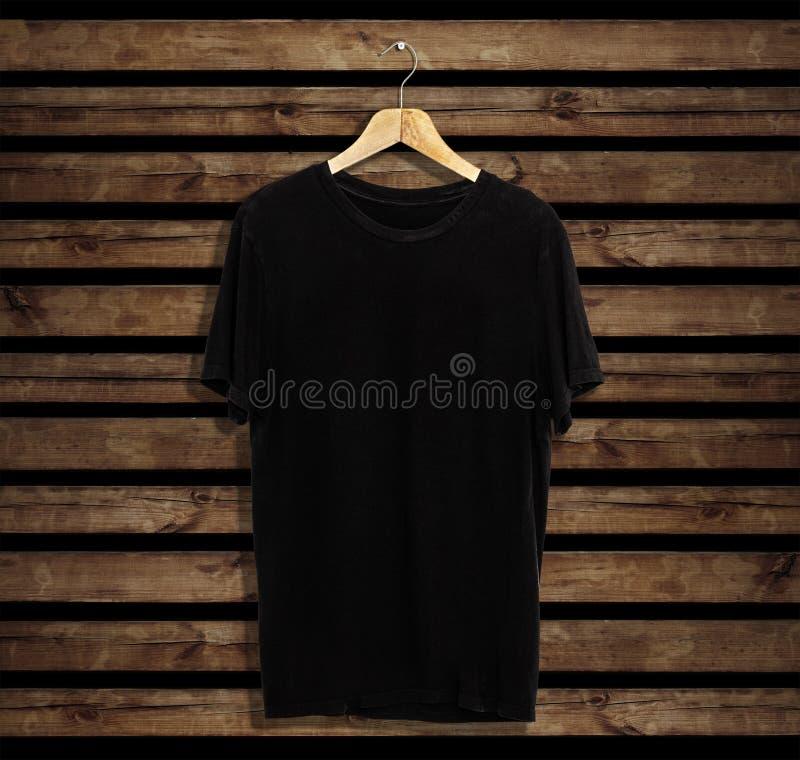 Koszulka szablon na drewnianym tle dla, mockup i fotografia stock
