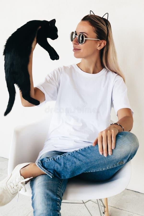 Koszulki mockup na modelu zdjęcia royalty free