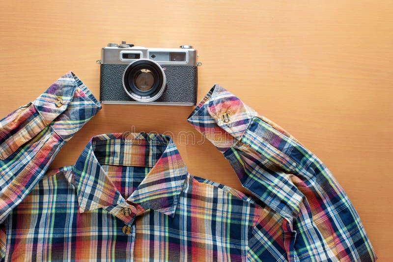 Koszulowa i retro stylowa kamera zdjęcie royalty free