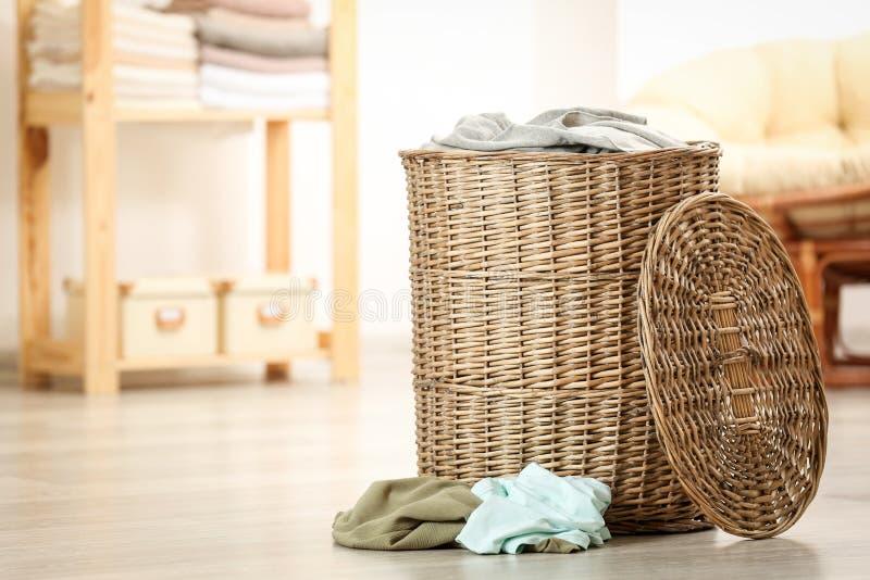 koszy ubrania brudzą pralnię zdjęcia stock