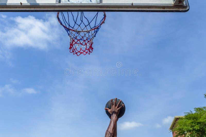 Koszykówki akci gracza ręki piłka Outdoors zdjęcie stock