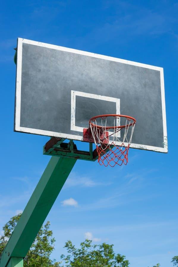 Koszykówki backboard z niebieskim niebem zdjęcia stock