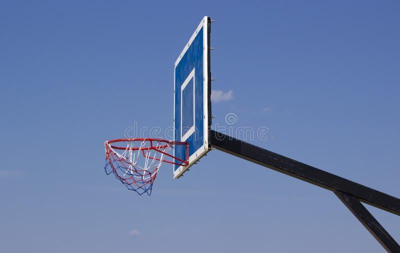 Koszykówki osłona na otwartej przestrzeni Plenerowy koszykówka pierścionek przed niebieskiego nieba tłem poj?cie odizolowywaj?cy  zdjęcia stock