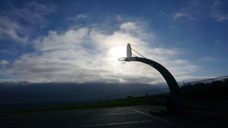 Koszykówki słońca Niebiański tło zdjęcie stock