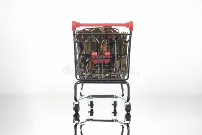 Koszyk Mini Chrome Wypełniony Monetami Na Górze fotografia stock