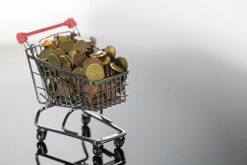 Koszyk Mini Chrome Wypełniony Monetami Na Górze zdjęcie stock