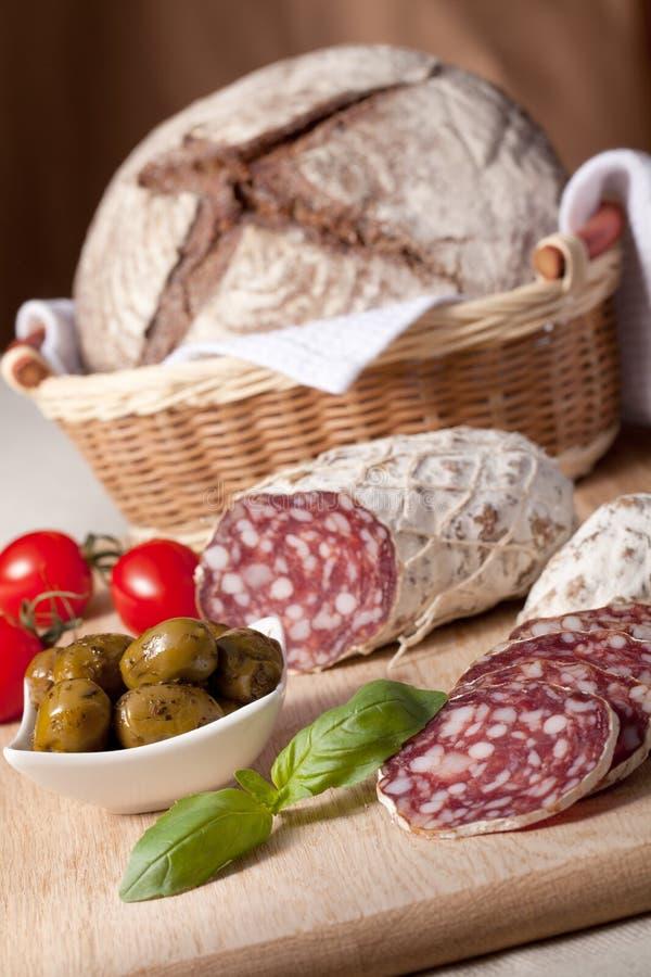 koszyk na chleb kuchenny s salami słuzyć stół zdjęcie stock