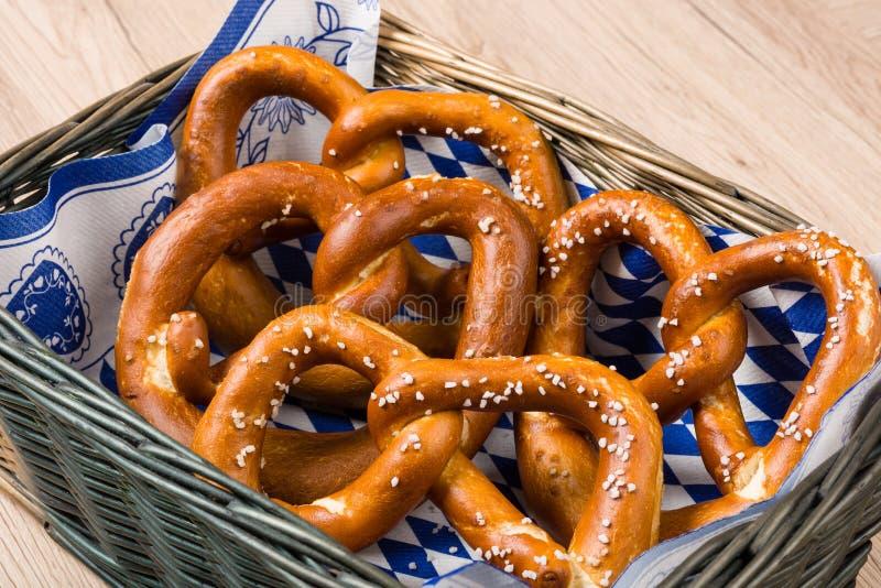 Koszyk na chleb z tradycyjnymi Bawarskimi preclami obraz stock