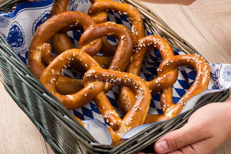 Koszyk na chleb z tradycyjnymi Bawarskimi preclami fotografia stock