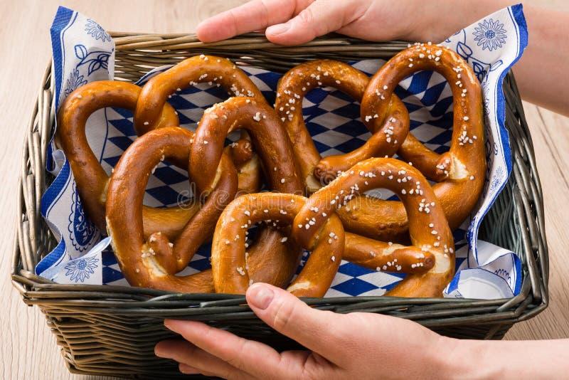 Koszyk na chleb z tradycyjnymi Bawarskimi preclami zdjęcie royalty free