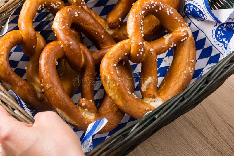 Koszyk na chleb z tradycyjnymi Bawarskimi preclami zdjęcia royalty free