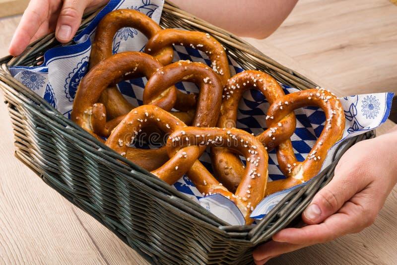 Koszyk na chleb z tradycyjnymi Bawarskimi preclami obrazy royalty free
