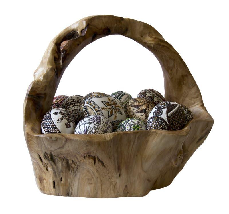 koszykowa jajek ręka odizolowywający robić malujący drewno zdjęcia stock