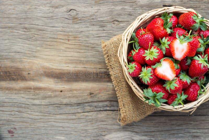 koszykowa ?wie?a truskawka Zdrowa i słodka owoc zdjęcie stock