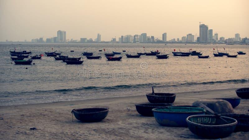 Koszykowe łodzie przeciw nowemu miasteczku da nang fotografia royalty free