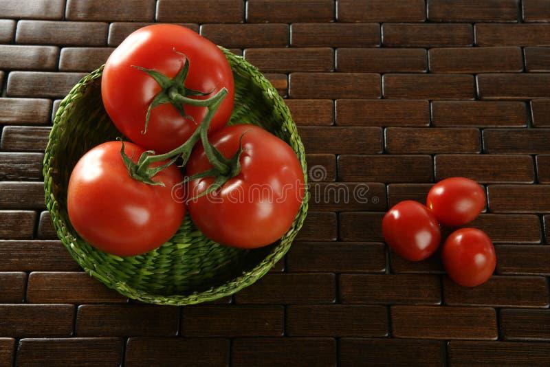 koszykowi duzi zieleni mali pomidory obraz stock