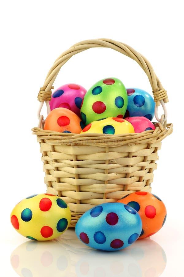 koszykowi kolorowi Easter jajka wypełniający wicker zdjęcia stock