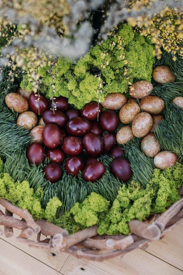 koszykowi Wielkanoc kolor jaj obraz stock