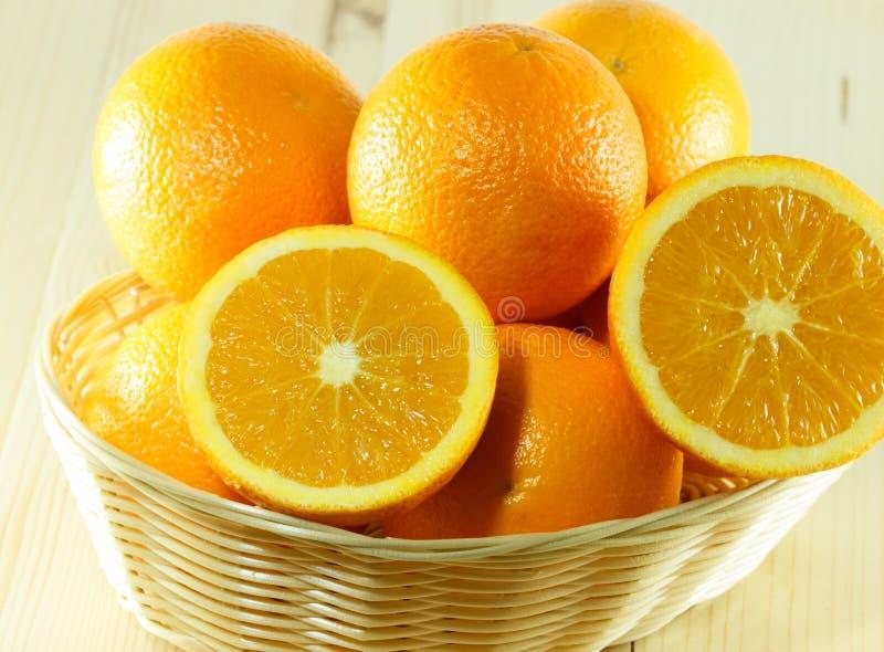 Koszykowy pełny pomarańcze zdjęcie stock