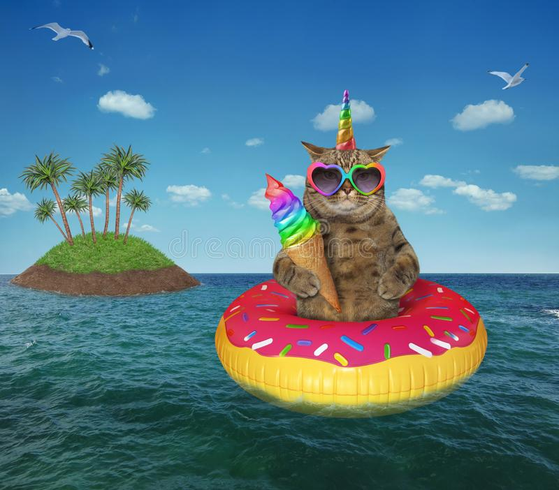 Kot jednorożec łasowania lody na morzu zdjęcie stock