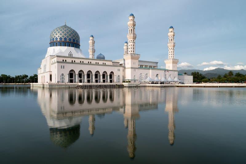 Kota Kinabalu City Mosque avec la réflexion photos libres de droits