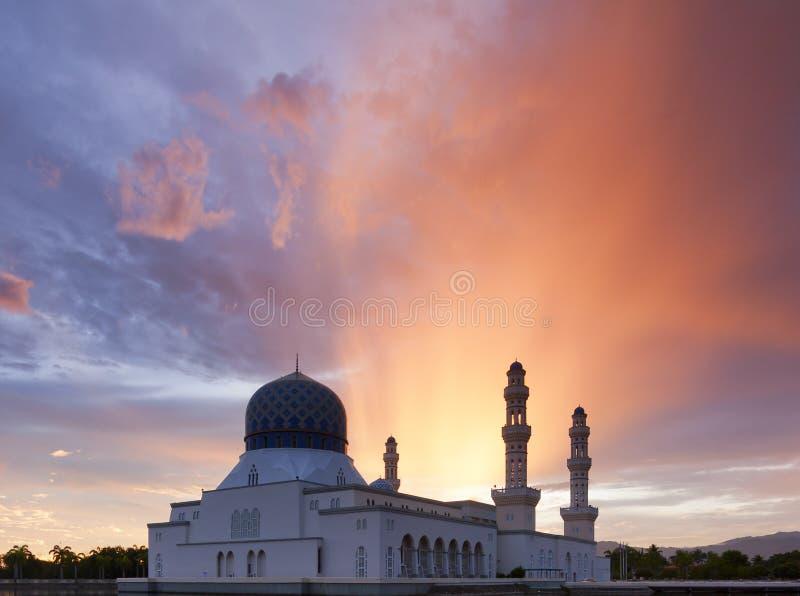 Kota Kinabalu moské med dramatiska och färgrika moln på soluppgång i Sabah, Malaysia royaltyfria bilder