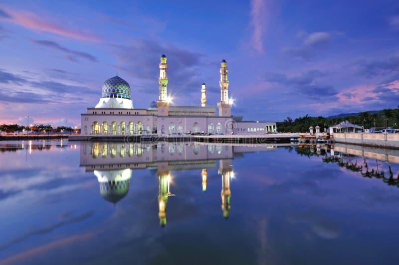 Kota Kinabalu som svävar moskén, berömd gränsmärke royaltyfri bild