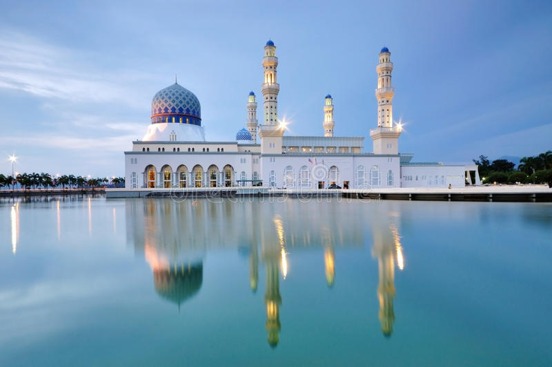 Kota Kinabalu som svävar moskén, Sabah Borneo Malaysia arkivbild