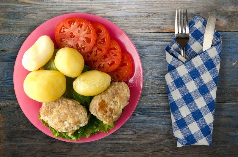Kotelet met aardappels op een plaat royalty-vrije stock afbeelding