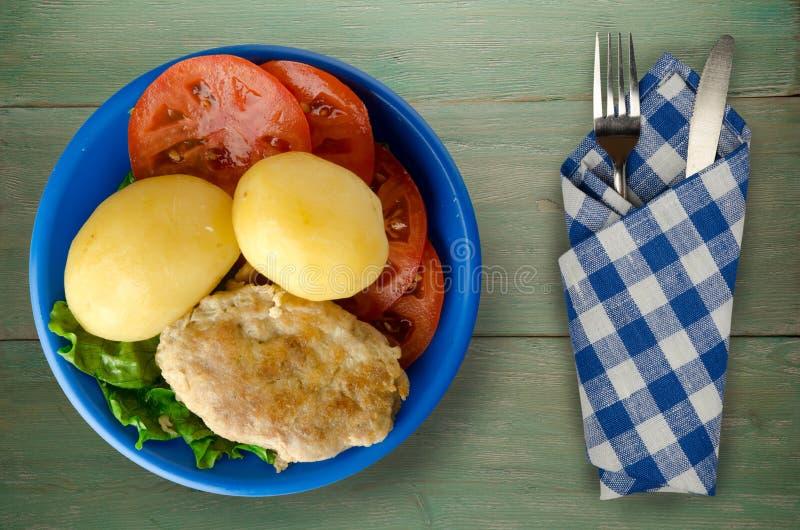Kotelet met aardappels op een plaat stock foto's