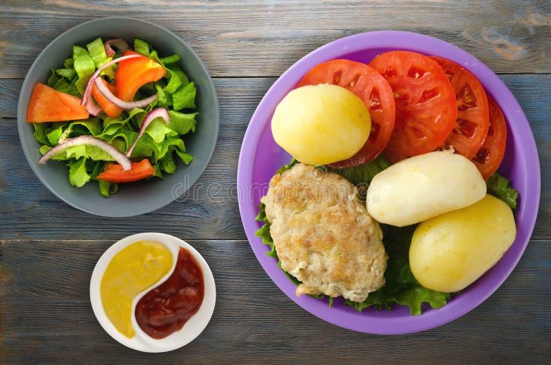 Kotelet met aardappels op een plaat royalty-vrije stock afbeeldingen