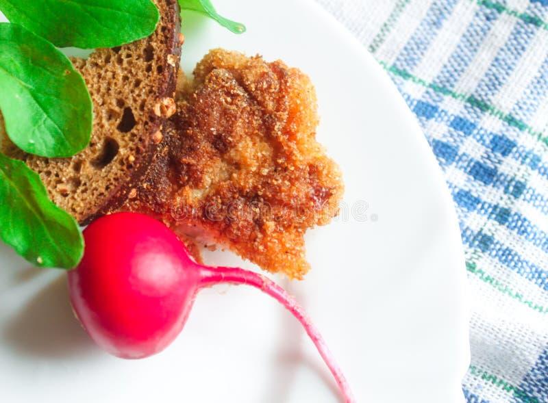 Kotelet met brood en raketsalade royalty-vrije stock afbeeldingen